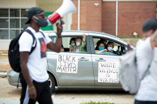 التضمن من السيارات مع المظاهرات