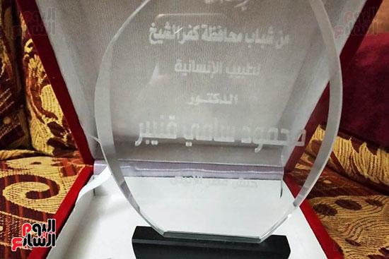 شباب كفر الشيخ يكرمون الطبيب البطل محمود سامى (2)
