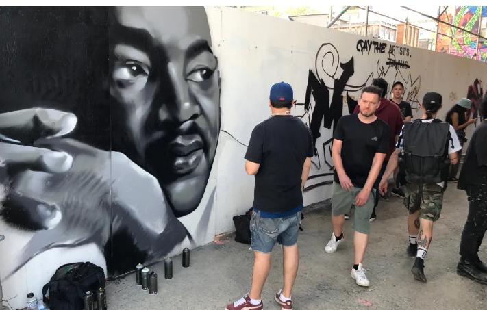 المحتجين امام الرسومات فى تورينتو