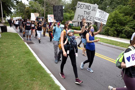 المتظاهرون ضد عدم المساواة العرقية في ستون ماونتن