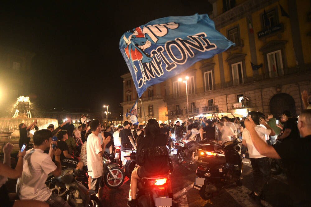 احتفالات جماهيير نابولى بلقب كاس ايطاليا (6)