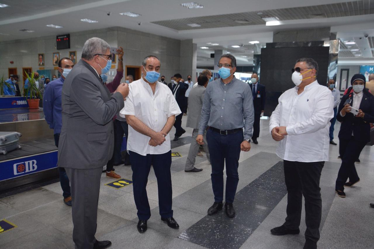 محافظ البحر الأحمر خلال استقباله وزير السياحة (2)