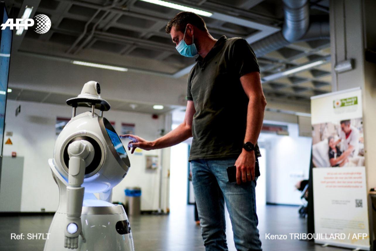شخص مع روبوت