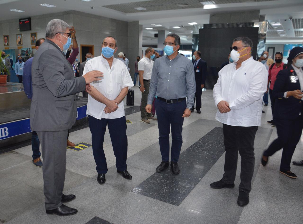 محافظ البحر الأحمر خلال استقباله وزير السياحة (4)