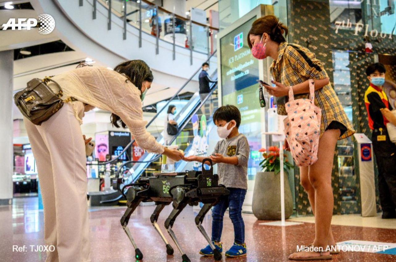روبوت أمام الطفل برفقة سيدتين