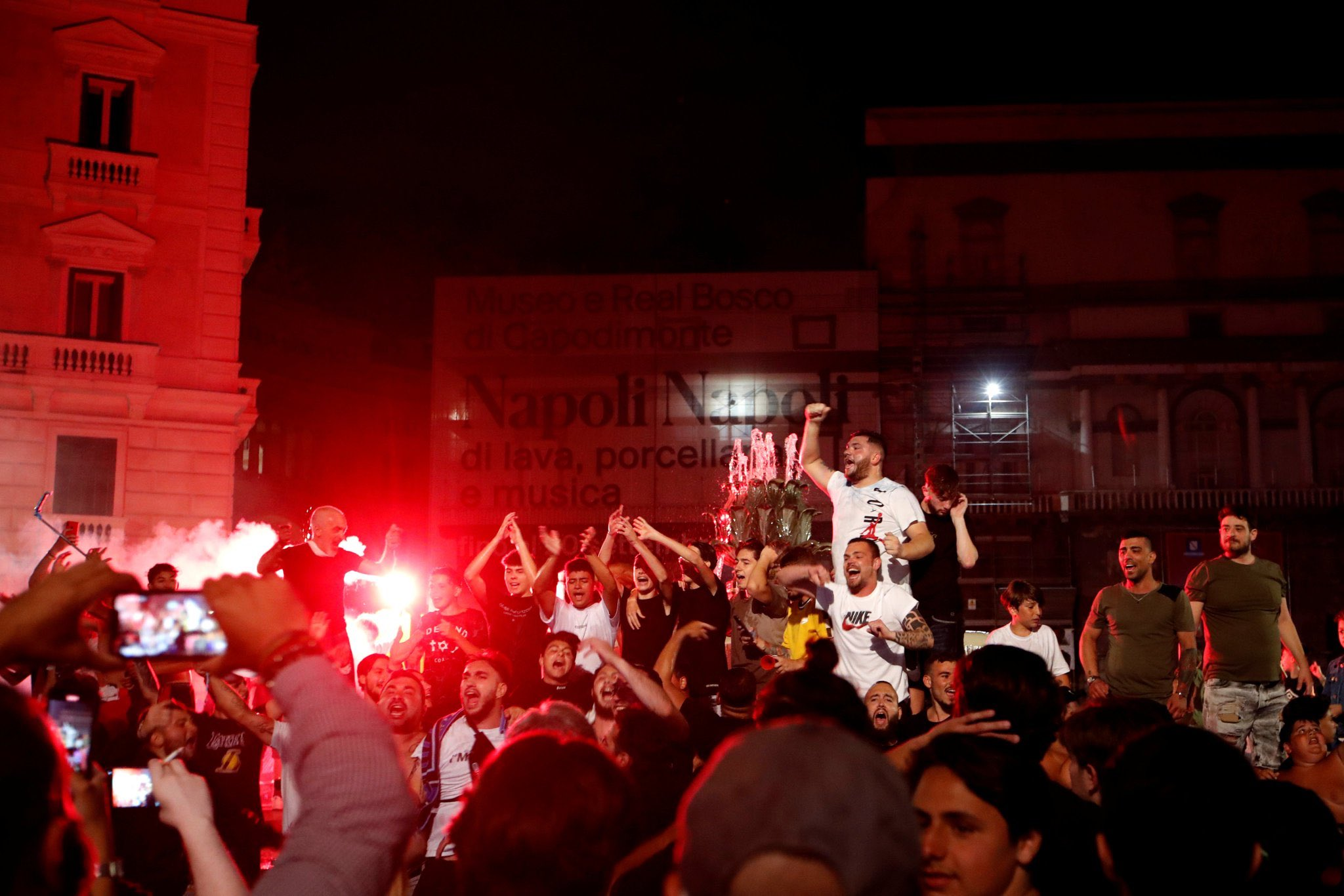 احتفالات جماهيير نابولى بلقب كاس ايطاليا (4)
