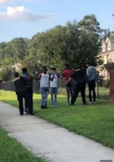 شرطي أمريكي يوجه مسدسه نحو مراهقين سود (1)