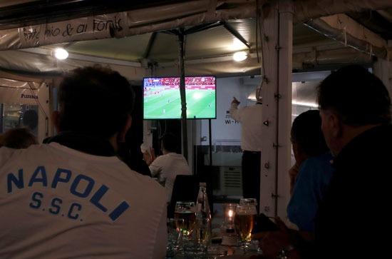 جماهير نابولى تتابع المباراة عبر شاشات التلفاز