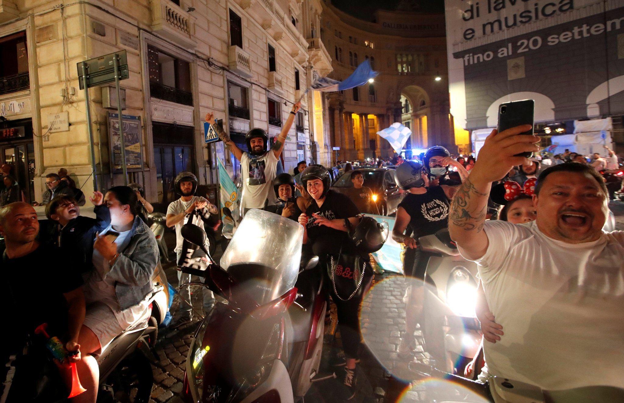 احتفالات جماهيير نابولى بلقب كاس ايطاليا (3)