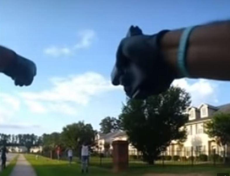 شرطي أمريكي يوجه مسدسه نحو مراهقين سود (4)