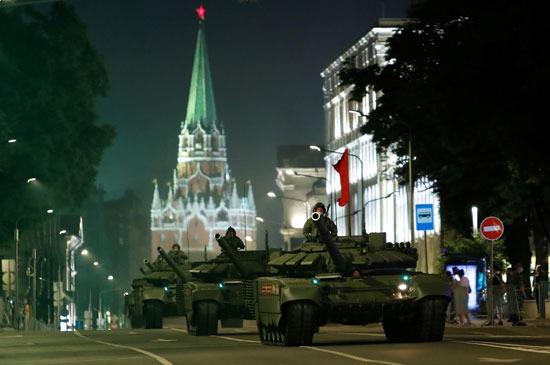 الدبابات تسير فى شوارع العاصمة موسكو