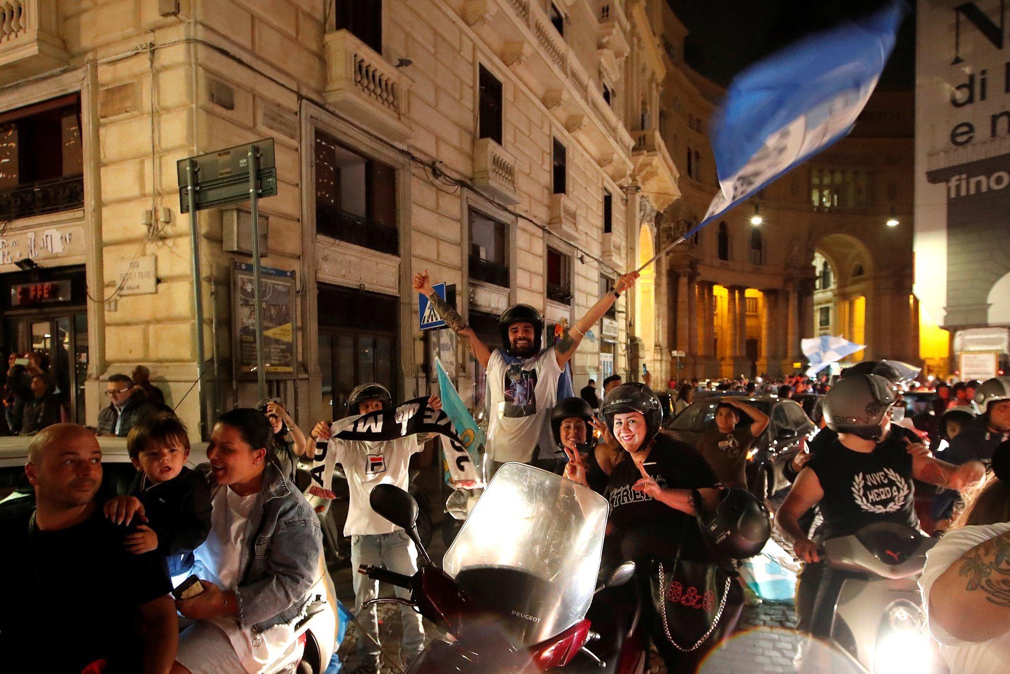 احتفالات جماهيير نابولى بلقب كاس ايطاليا (2)