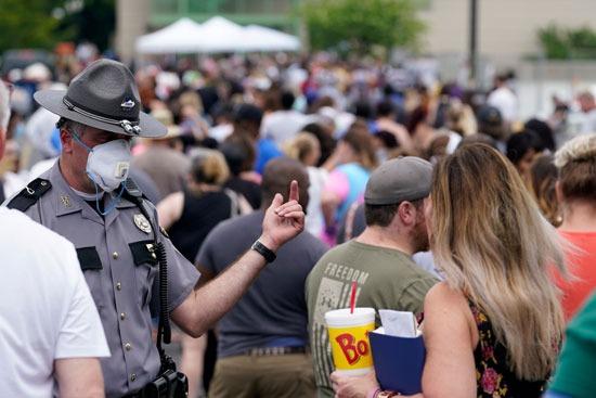 شرطى يشرح التطورات لإحدى السيدات