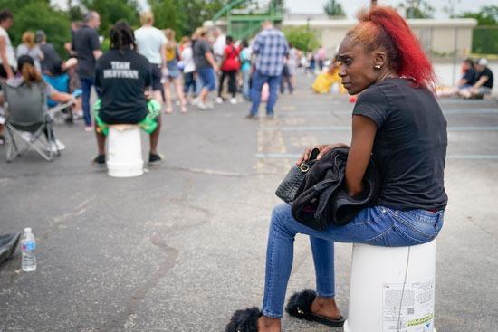 سيدة تجلس فى انتظار دورها أمام مكتب البطالة بولاية كنتاكى الأمريكية