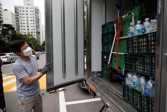 رئيس مجموعة المنشقين الكوريين يحضر الزجاجات البلاستيك من سيارته