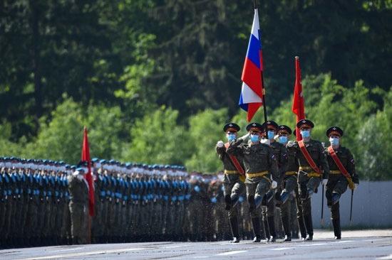 أفراد الجيش الروسى يحملون العلم خلال طابور العرض فى الاستعدادات لحفل عيد النصر