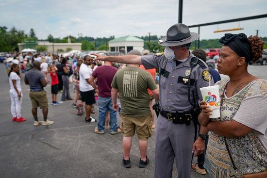 شرطى يشرح الإجراءات لسيدة