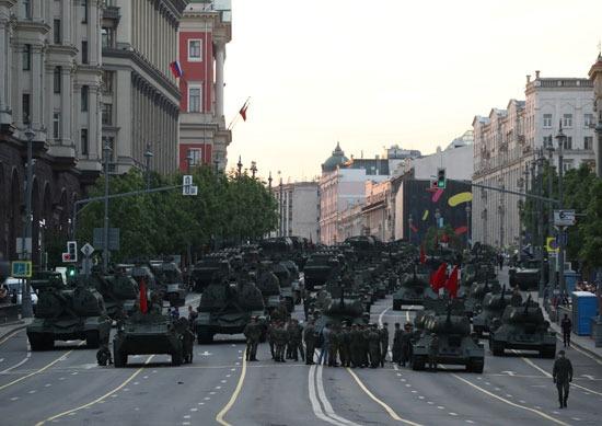 الدبابات والمدرعات وأفراد الجيش الروسى
