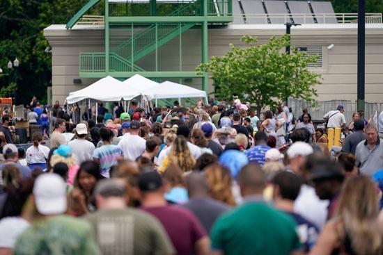 آلاف أمام مكتب البطالة