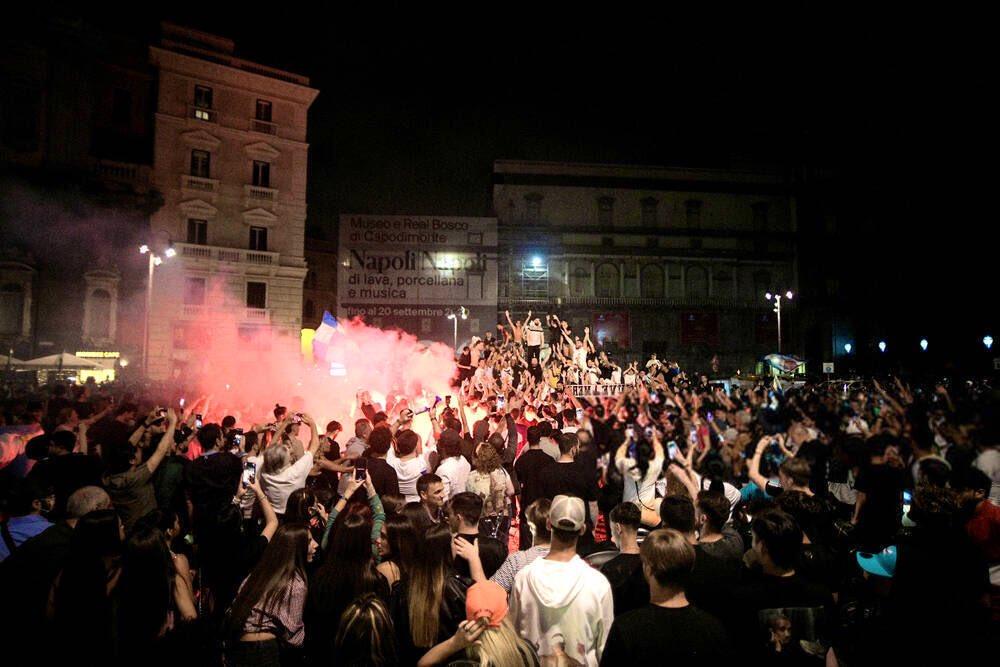 احتفالات جماهيير نابولى بلقب كاس ايطاليا (7)