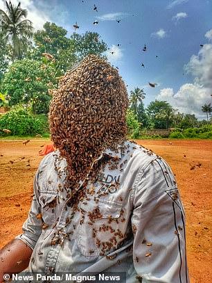شاب هندى يغطى رأسه بـ 60 ألف نحله (1)
