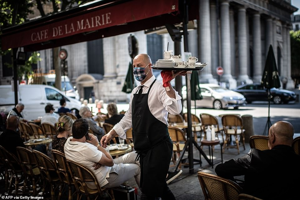 29120936-8379491-A_waiter_works_at_the_terrasse_of_the_Cafe_de_Flore_this_morning-a-27_1591096943671