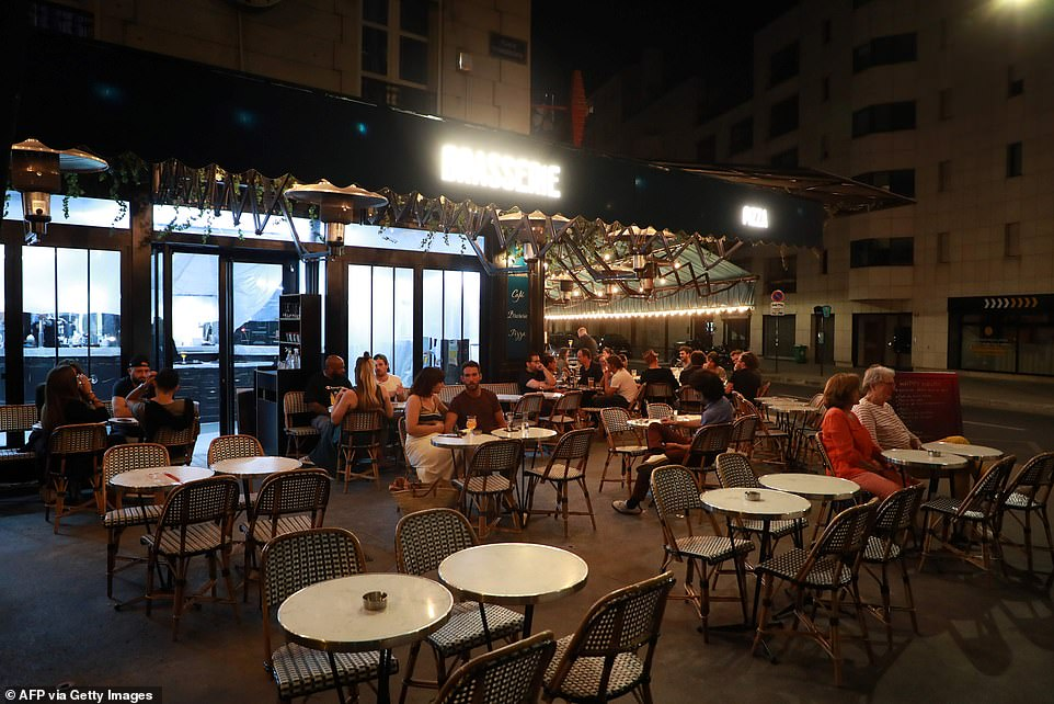 29115956-8379491-Parisians_enjoys_their_first_drink_on_a_terrasse_after_all_bars_-a-26_1591096943660