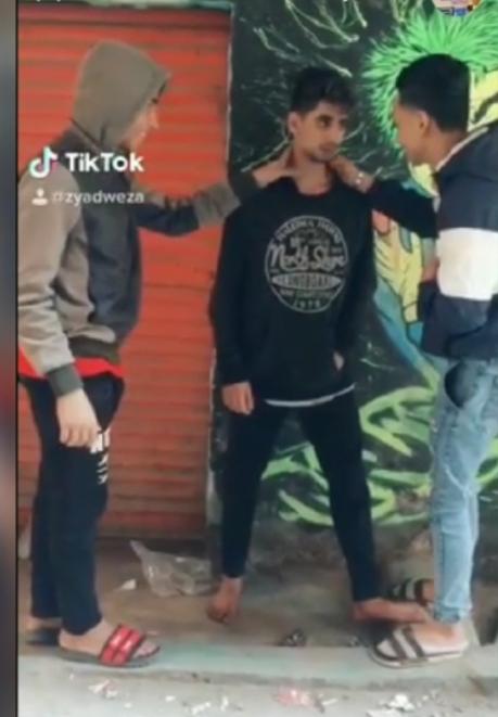 جانب من اعتداء المتهمين على الشاب