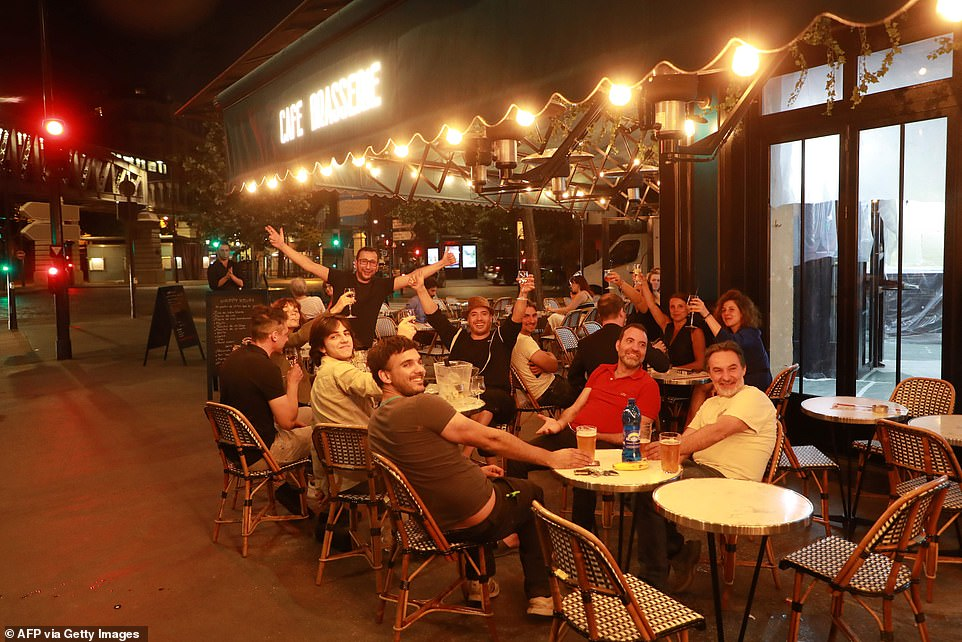 29114948-8379491-Parisians_enjoys_their_first_drink_on_a_terrasse_after_all_bars_-a-17_1591096943621