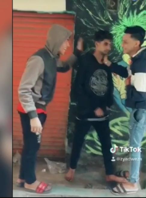 المتهمين لحظة الاعتداء على الشاب
