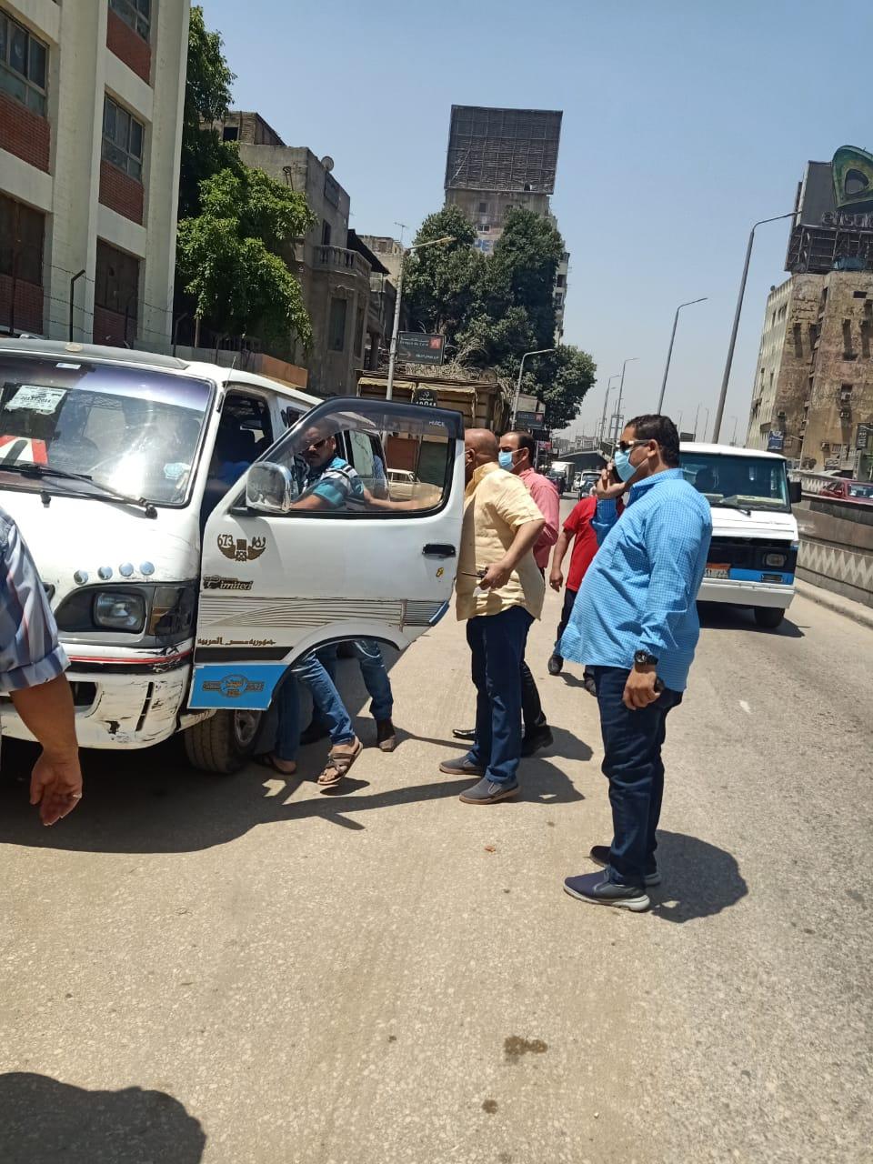حملات على سيارات السيرفيس لمتابعة التزام ارتداء الكمامات (5)