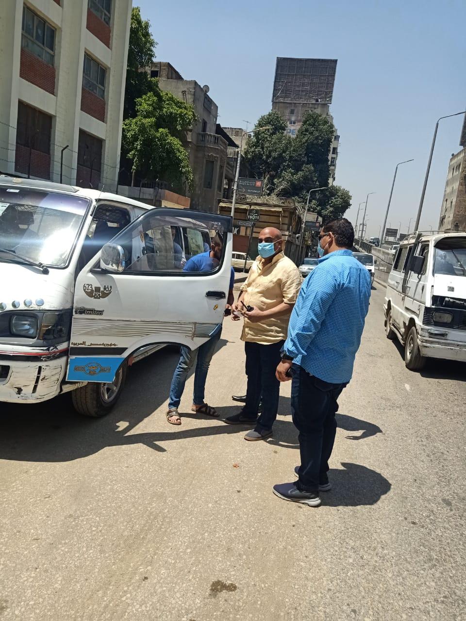 حملات على سيارات السيرفيس لمتابعة التزام ارتداء الكمامات (4)