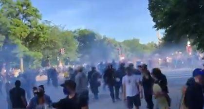 الشرطة الأمريكية تلقى قنابل مسيلة للدموع لتفريق المتظاهرين  (1)