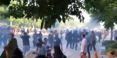 الشرطة الأمريكية تلقى قنابل مسيلة للدموع لتفريق المتظاهرين  (2)