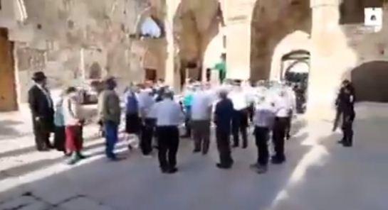 المستوطنون يقتحمون الاقصى فى حماية الاحتلال