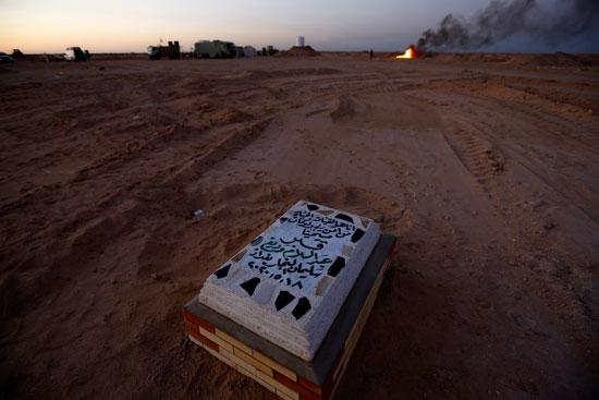 عراقيون يحفرون آلاف القبور الجديدة لاستقبال ودفن ضحايا فيروس ...