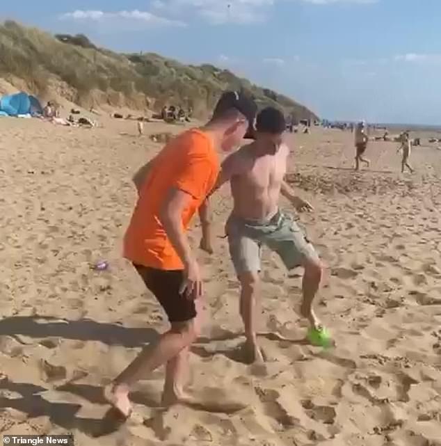 نجم مان سيتي يلعب الكرة