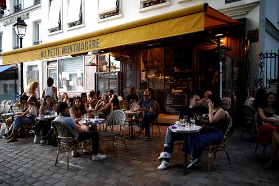 مقاهى باريس تحرص على التباعد الاجتماعى بين الطاولات