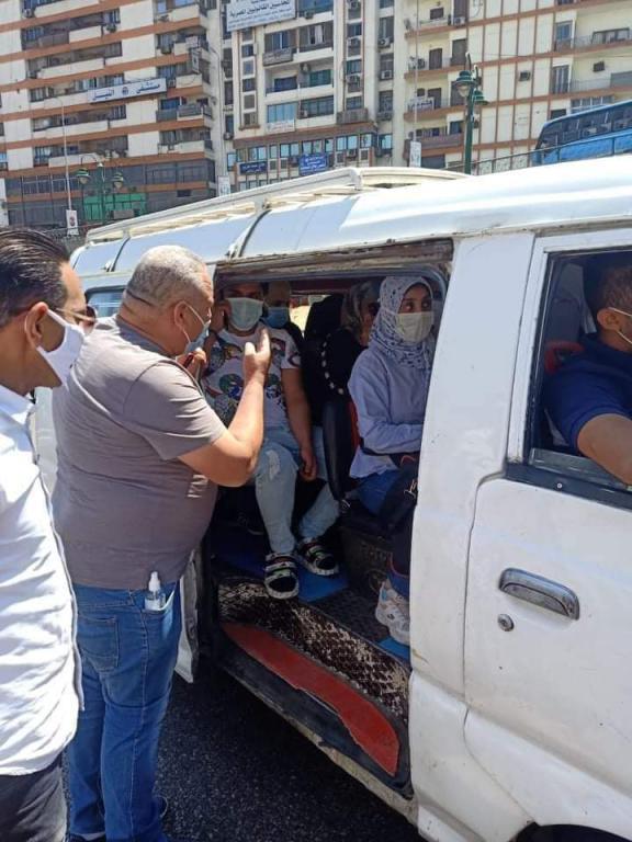 حملات بالجيزة على سيارات السيرفيس لمتابعة ارتداء الكمامات (2)