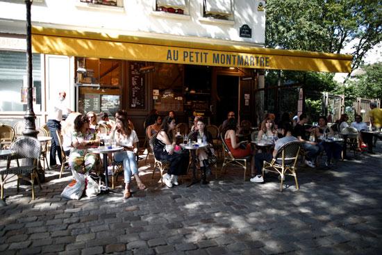 إحدى مقاهى باريس