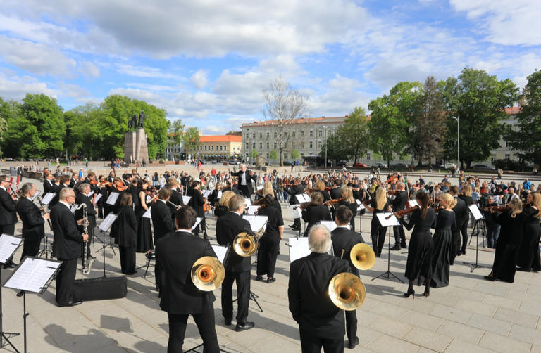 121-133118-music-and-singers-bring-hope-streets-lithuania-2