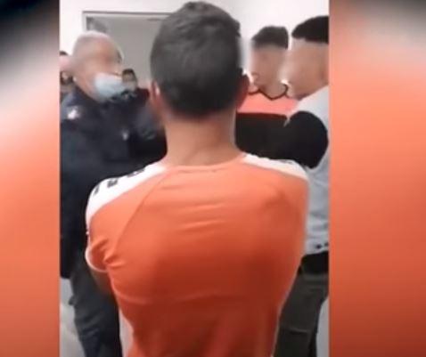 شرطى إيطالى يجبر تونسيين صفع بعضهما بعد هروبهم من مركز استقبال (2)