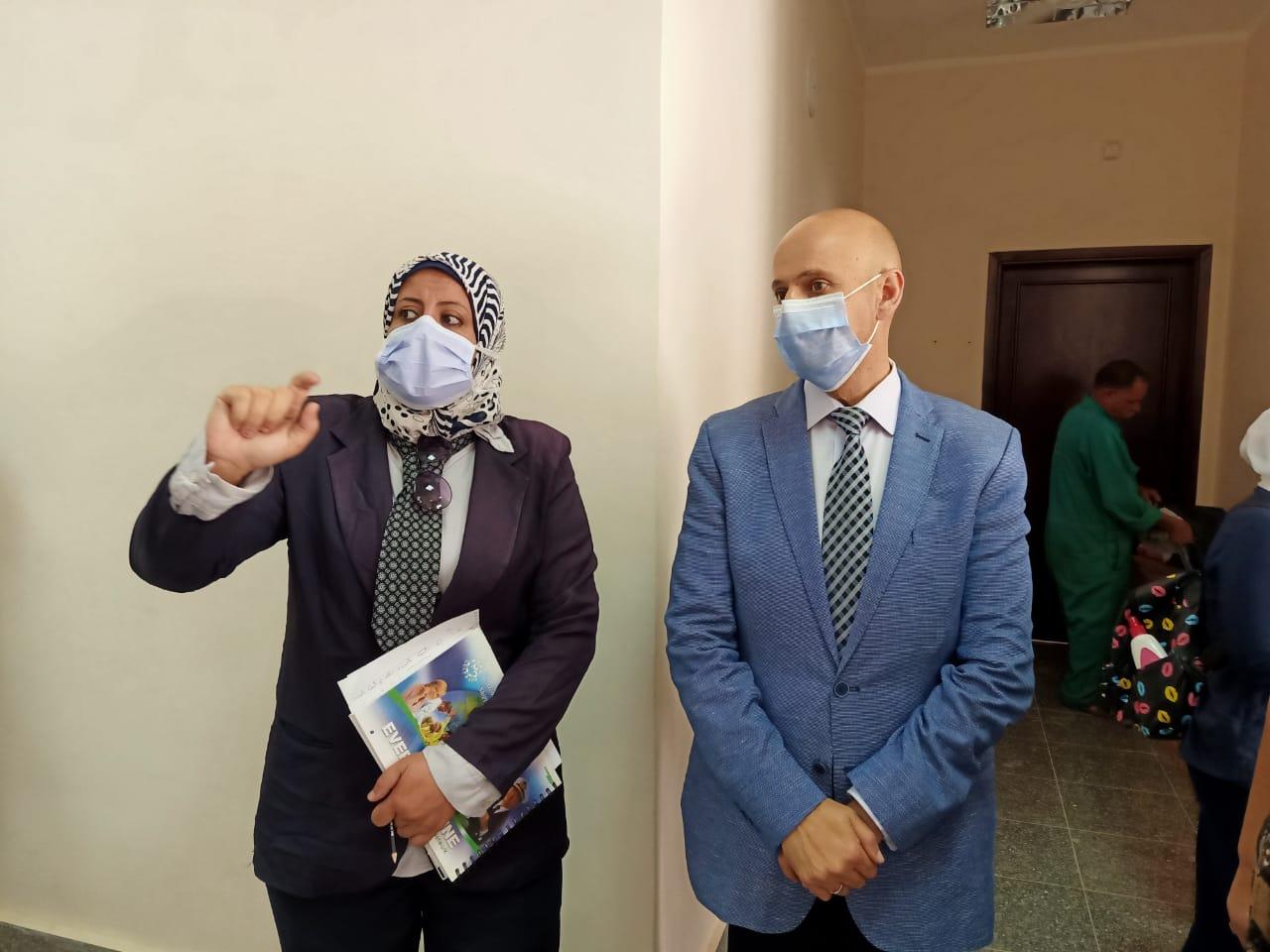 وكيل صحة الشرقية يتفقد المركز الطبى للعزل بالعاشر من رمضان (2)
