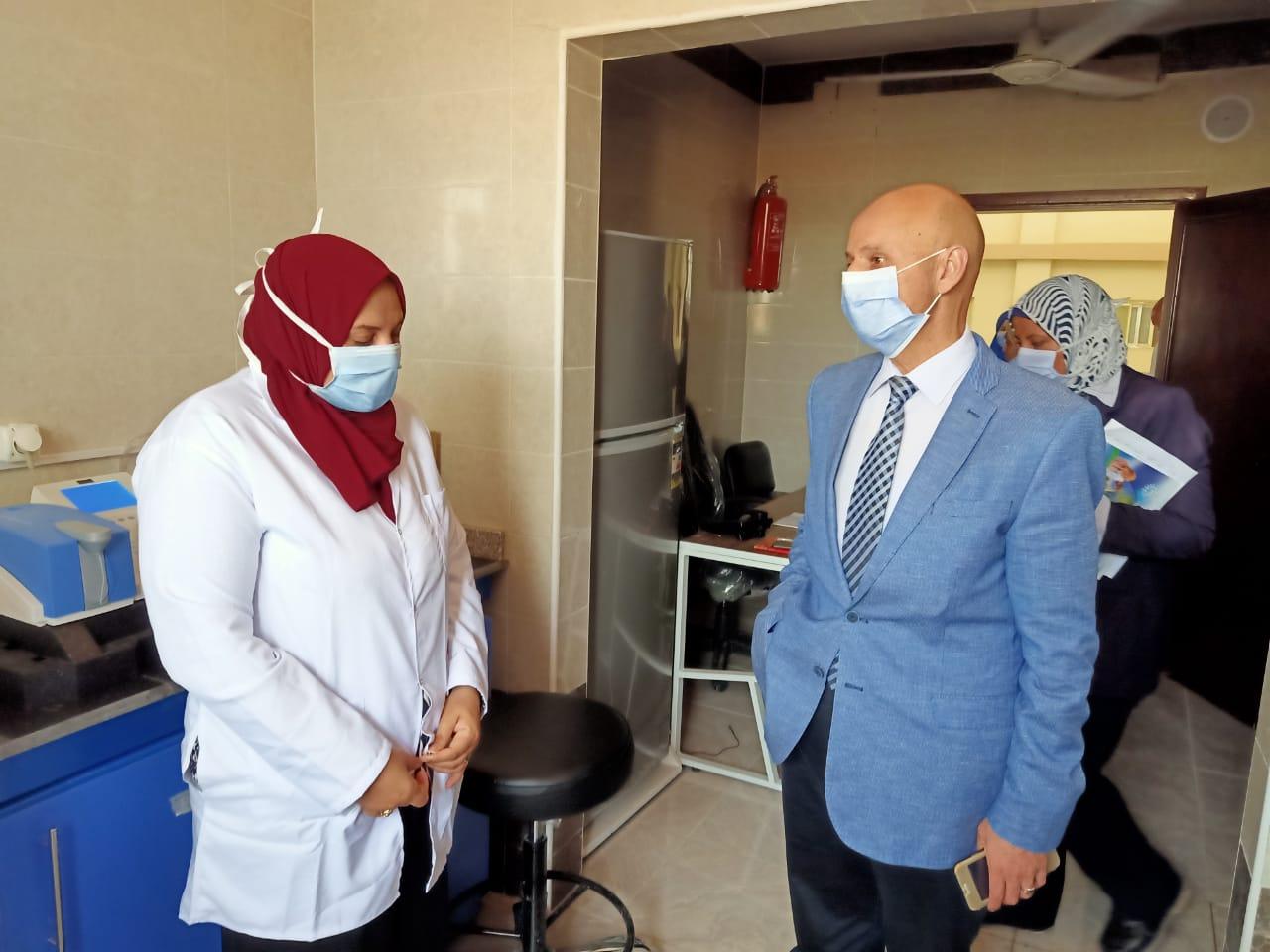 وكيل صحة الشرقية يتفقد المركز الطبى للعزل بالعاشر من رمضان (4)