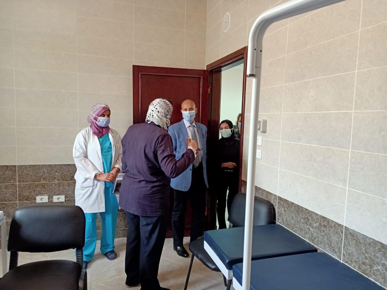 وكيل صحة الشرقية يتفقد المركز الطبى للعزل بالعاشر من رمضان (1)