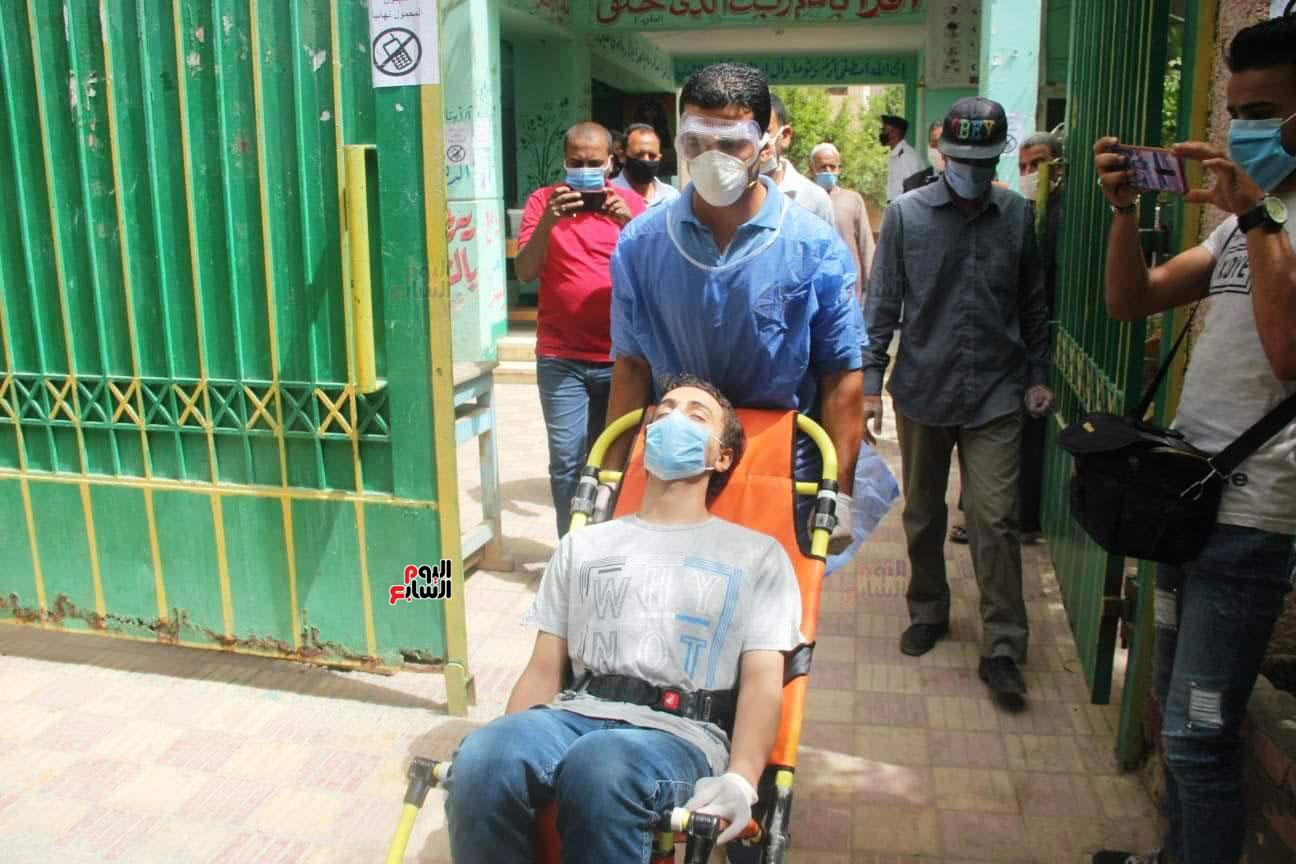 نقل طالب لمستشفى العزل للاشتباه فى إصابته بكورونا (6)