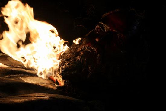 أمريكيون غاضبون يشعلون تمثال الجنرال  ألبرت بايك