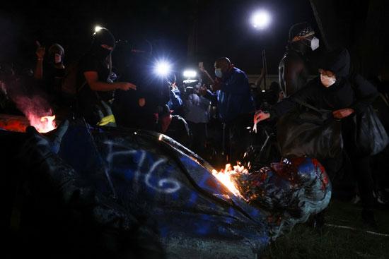 أمريكيون غاضبون يسقطون ويحرقون تمثال الجنرال  ألبرت بايك