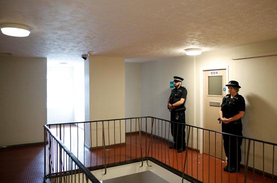 ضباط-الشرطة-يقفون-خارج-مكان-القبض-على-مشتبه-به