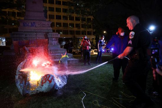 عناصر الشرطة الأمريكية تسعى لاطفاء الحريق